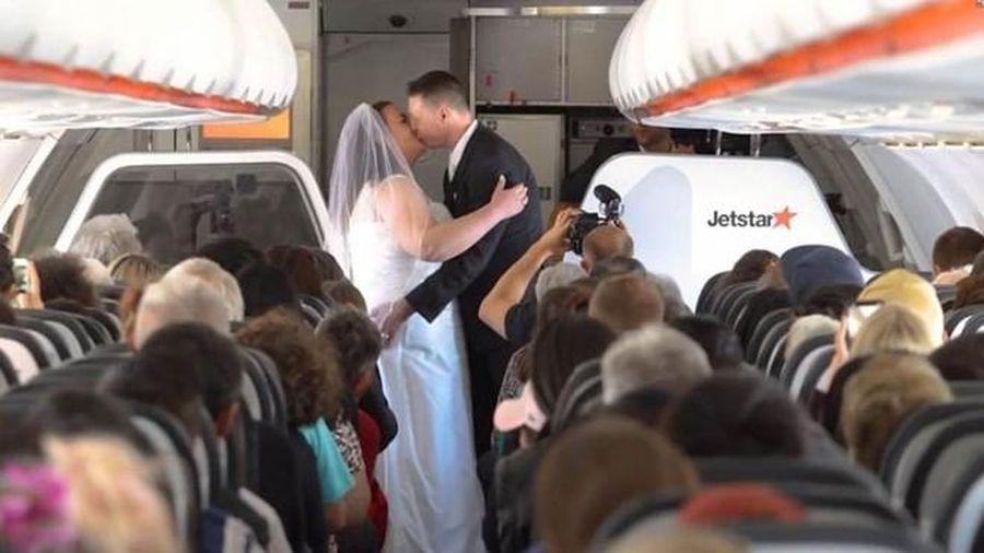 Cặp đôi tổ chức đám cưới trên máy bay