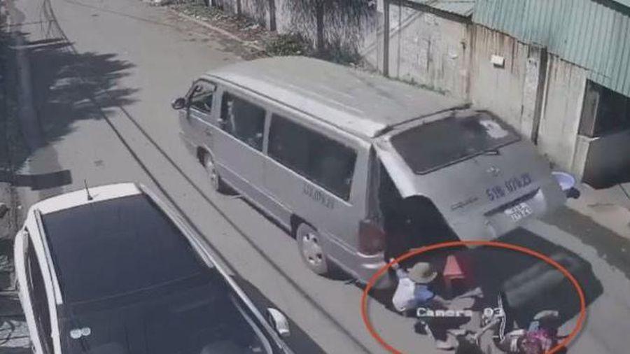 Tài xế xe đưa đón học sinh ôm cua ẩu làm 3 cháu văng xuống đường