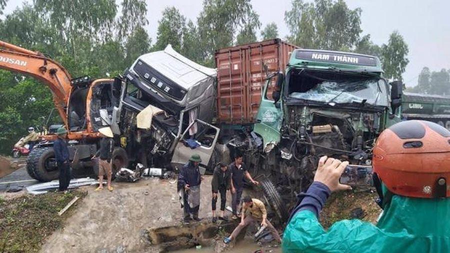 Xe container đối đầu trên quốc lộ, 2 tài xế kẹt cứng trong cabin biến dạng