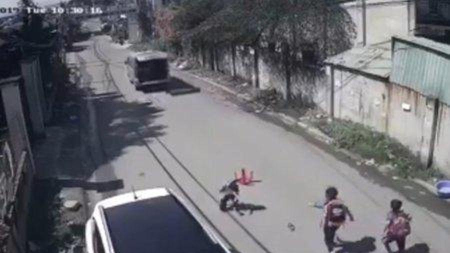 Đồng Nai: Ô tô 16 chỗ cua gấp, 3 học sinh trên xe bị văng xuống đường