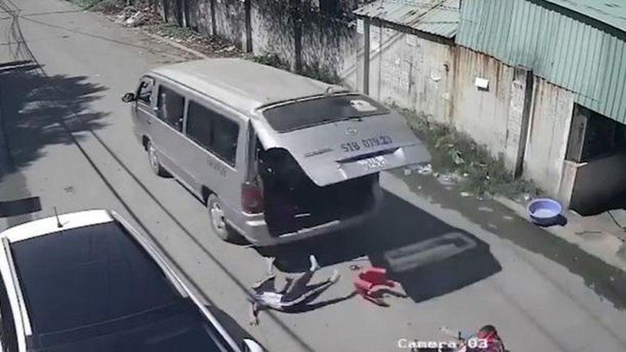 Đồng Nai: Xe đưa đón cua gấp, 3 học sinh bị văng xuống đường