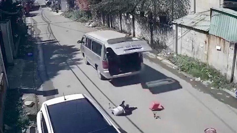 Xe đưa đón làm rơi 3 học sinh xuống đường