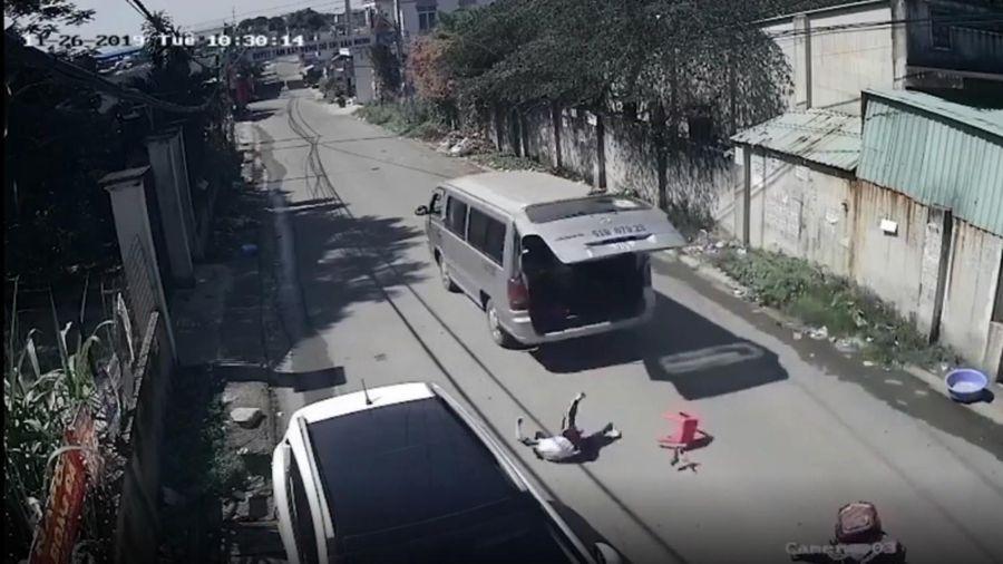 Clip: Hãi hùng ôtô không khóa cửa khiến 3 học sinh văng xuống đường