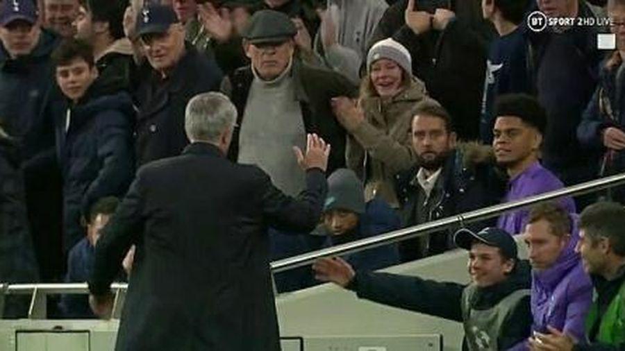 Mourinho cảm ơn cậu bé nhặt bóng