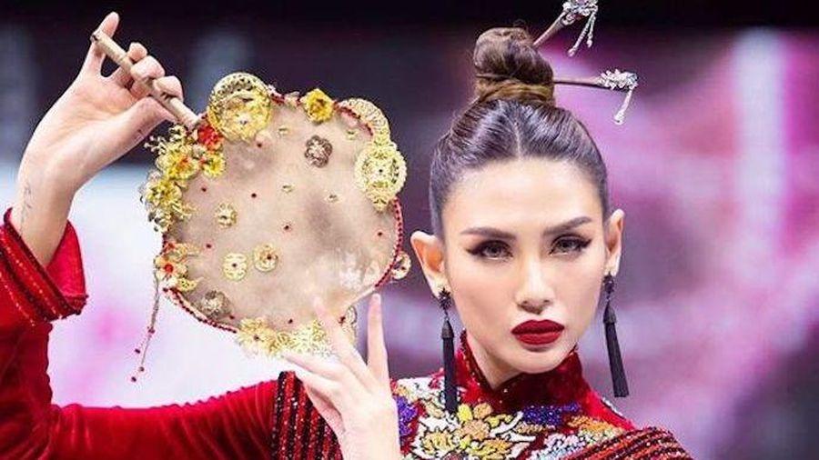 Siêu mẫu Võ Hoàng Yến kiêu sa trong tà áo dài nhung đỏ tại Asian Kids Fashion Week 2020