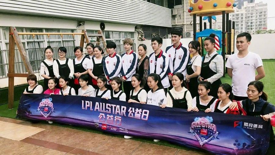 Các tuyển thủ All-Star LPL tham gia hoạt động công ích tại trường học ở Trung Quốc