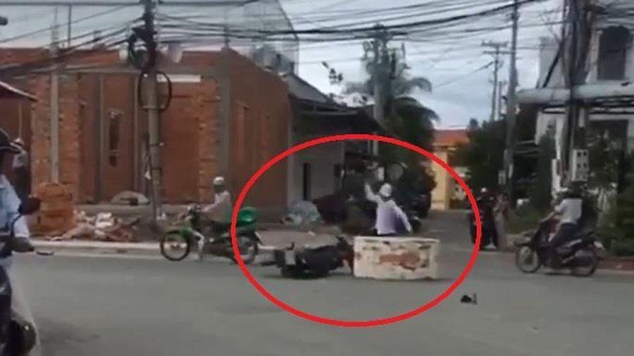 Bị ngã xe, người đàn ông đập chiếc xe máy giữa đường
