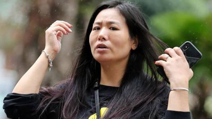 Người phụ nữ Singapore đập chai bia vào nhân viên của chồng vì ghen