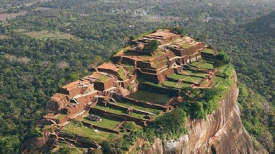 Cung điện cổ trên đỉnh cột đá cao 300 m