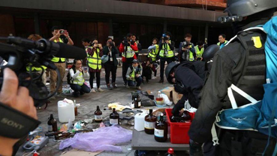 Cận cảnh 'kho vũ khí' người biểu tình bỏ lại trong đại học Hong Kong