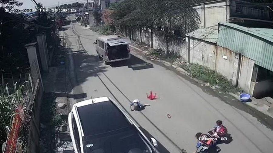 Tạm giữ xe ô tô làm 3 học sinh văng tóe xuống đường