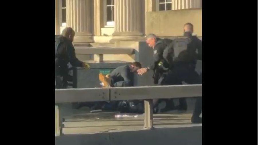 Video cảnh sát Anh bắt giữ một nghi phạm trên cầu London