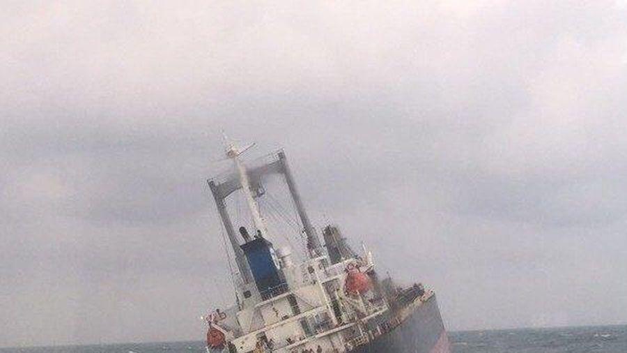 Gần 180 tấn dầu trên tàu Thái Lan chìm ở Hà Tĩnh bắt đầu tràn ra biển