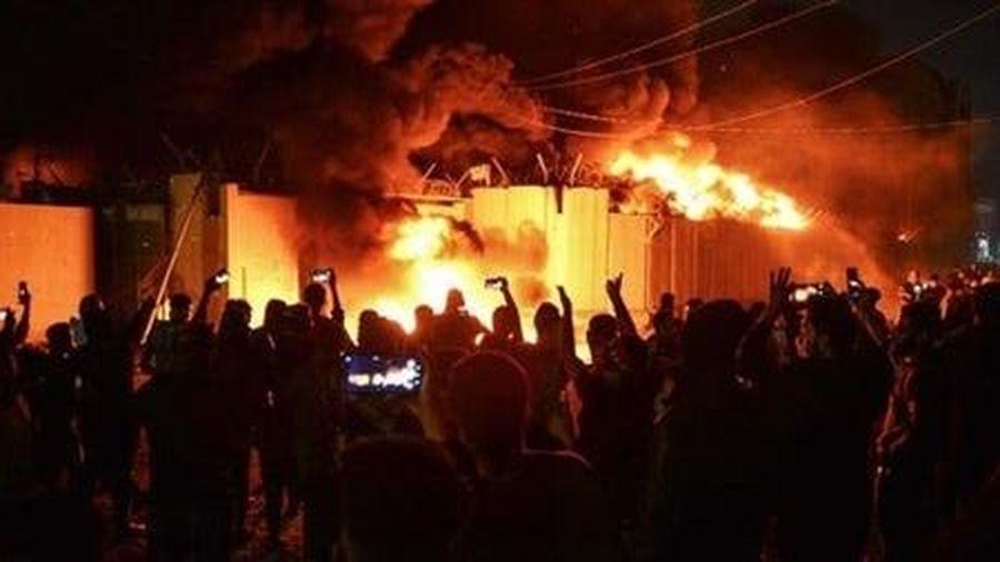 Người biểu tình Iraq đốt trụi lãnh sự quán Iran