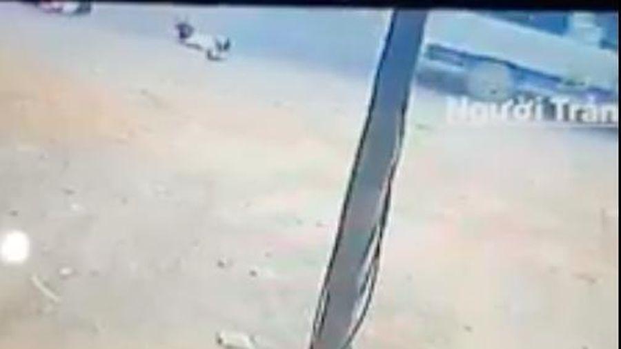 Lại thêm vụ hai học sinh tiểu học bị văng xuống đường khi xe đưa đón học sinh đang chạy