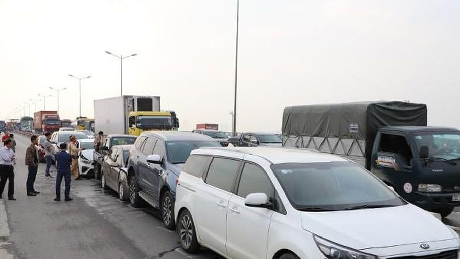 7 ô tô đâm nhau trên cầu Thanh Trì, giao thông ùn tắc kéo dài