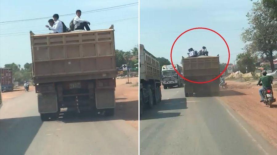 Nhiều học sinh mạo hiểm ngồi trên xe ben đến trường