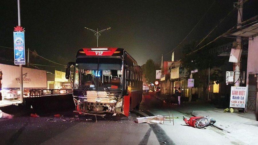 Ôtô khách hất văng xe máy, 1 người chết 2 người nguy kịch