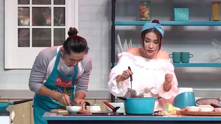 Khả Như gào thét hướng dẫn đồng đội nấu món chay