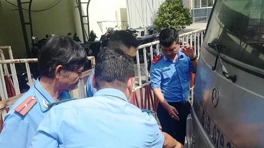 Thêm trường hợp xe đưa đón làm rơi học sinh giữa đường