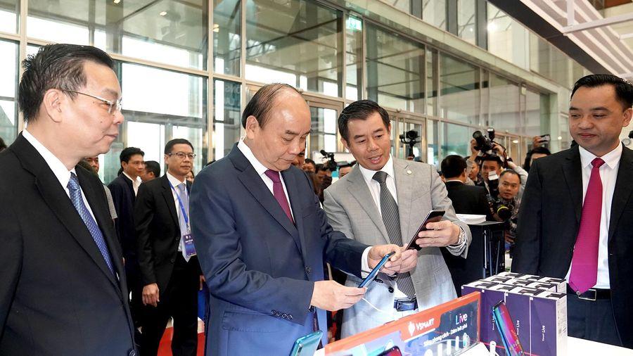 Thủ tướng tham quan Triển lãm KHCN và đổi mới sáng tạo