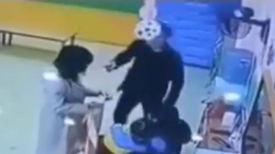 Dân mạng đồng cam người cha tấn công cô giáo bạo hành con mình