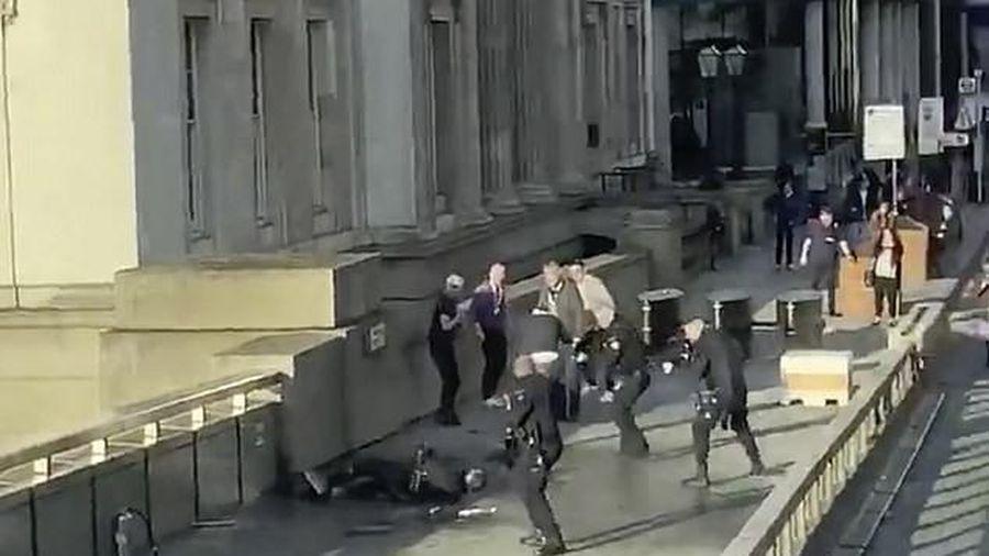 Khủng bố đâm dao gần cầu London, nhiều người thương vong