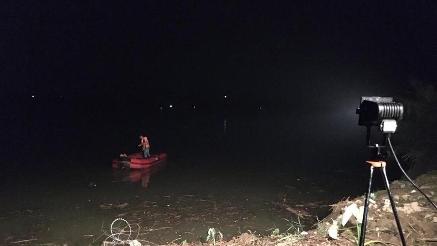 Phú Thọ: Sạt lở bờ sông Lô ở gần điểm khai thác cát, 2 người bị nước cuốn trôi