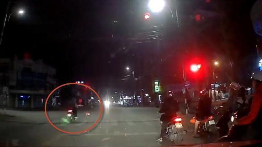Clip tổ lái gặp nạn khi chở bạn vượt đèn đỏ tông móp đầu ô tô bật đèn pha