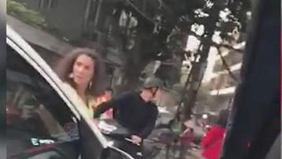'Bà Tây' bức xúc chặn xe lấn làn gây tắc đường trong giờ cao điểm