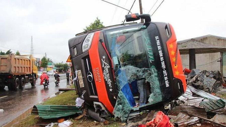 Xe khách bị lật, người dân đập kính cứu người