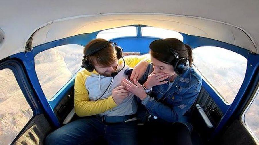 Đưa bạn gái lên máy bay, chàng trai có màn cầu hôn siêu lãng mạn