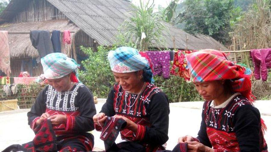 Lào Cai: Người Xa Phó ở Nậm Kéng thêu thổ cẩm làm du lịch
