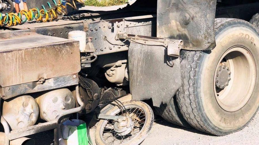 Va chạm với xe đầu kéo, nữ công nhân bị cuốn vào gầm xe tử vong