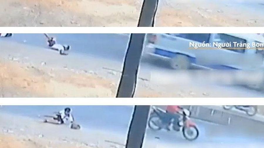 Thêm trường hợp 2 học sinh rơi xuống đường từ xe đưa đón