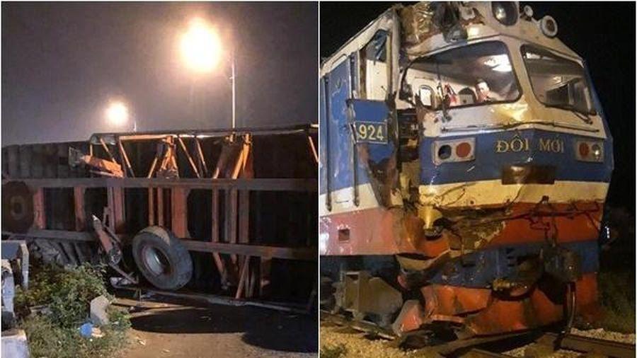Container bị tàu hỏa húc văng 10 mét khi cố băng qua đường ray