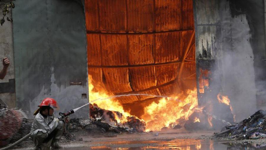 Cảnh chữa cháy kịch tính ở làng ga gối Thường Tín: Đang cứu hỏa thì hết nước