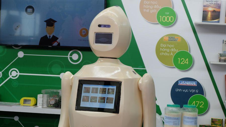Robot làm hướng dẫn viên do Đại học Quốc gia Hà Nội chế tạo