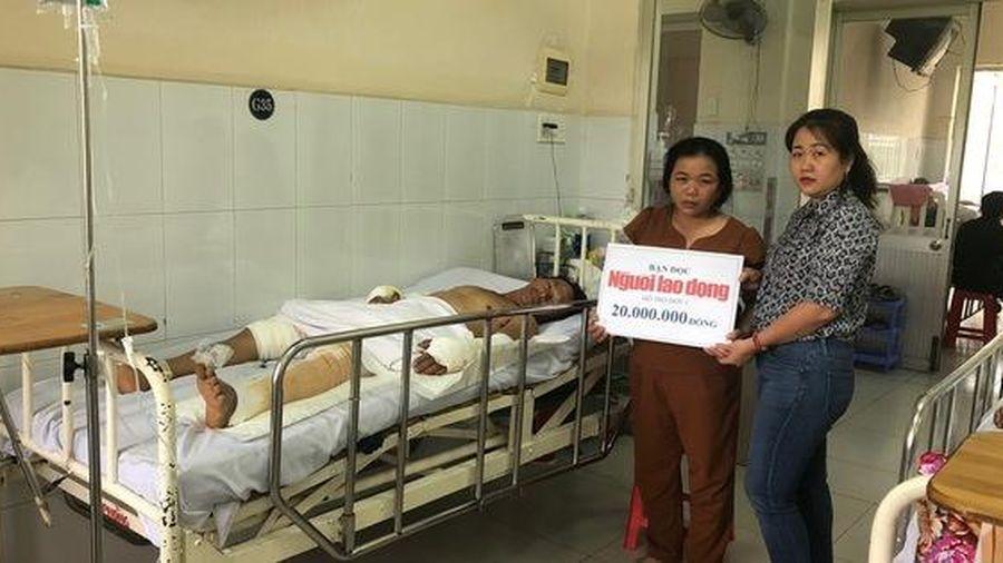 Trao 20 triệu đồng cho gia đình anh Huỳnh Minh Thiện