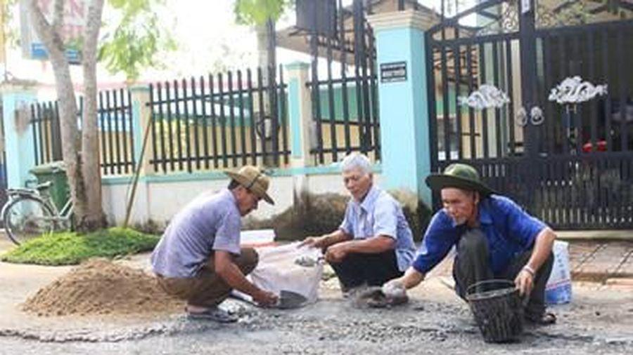 Ông Chín Song và đội cựu chiến binh sửa chữa cầu đường thiện nguyện