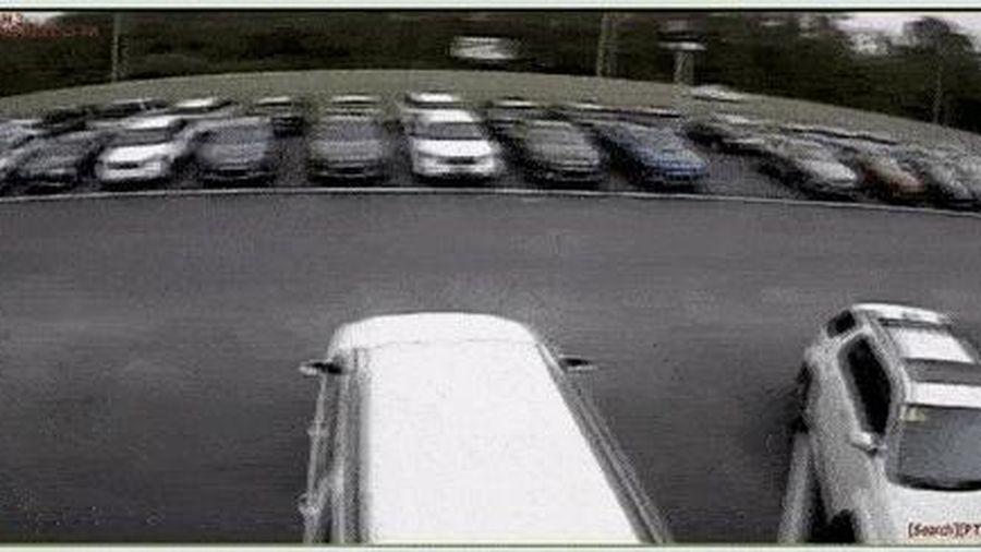 Toyota Camry mất kiểm soát bay trên không trung 42 m