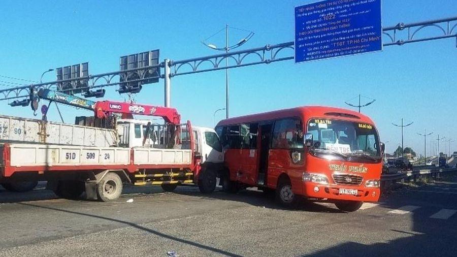 Xe tải đâm xe khách 29 chỗ làm nhiều người bị thương