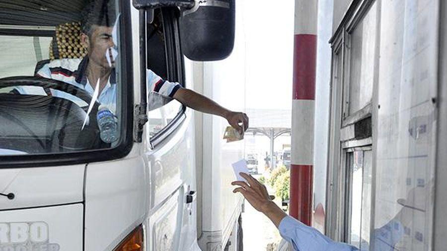 Khó xử phạt xe không dán thẻ đi vào làn thu phí không dừng