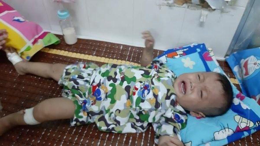 Tiếng khóc xé lòng của bé trai hơn 1 tuổi mồ côi cha, mẹ vướng bận em nhỏ