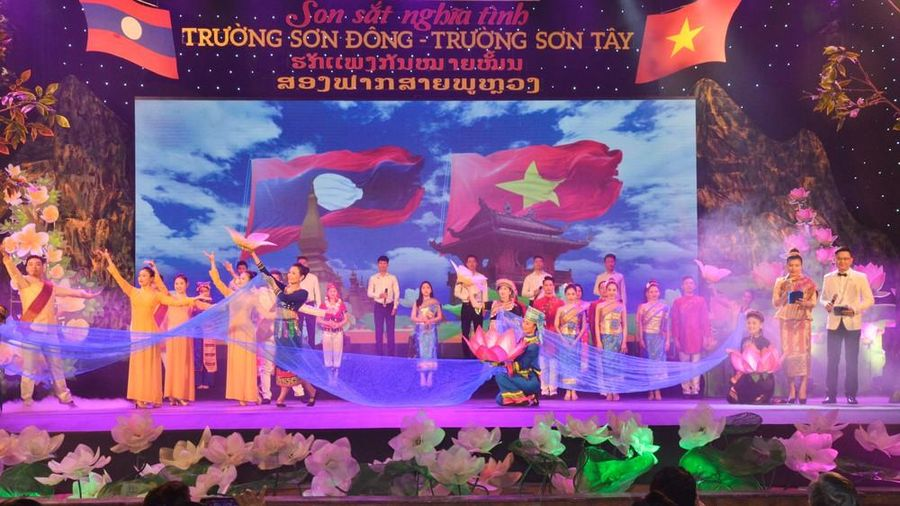 Việt - Lào: 'Son sắt nghĩa tình Trường Sơn Đông - Trường Sơn Tây'