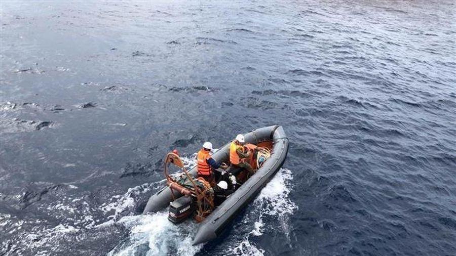 Nghệ An: Lật bè đánh cá, hai bố con rơi xuống biển mất tích