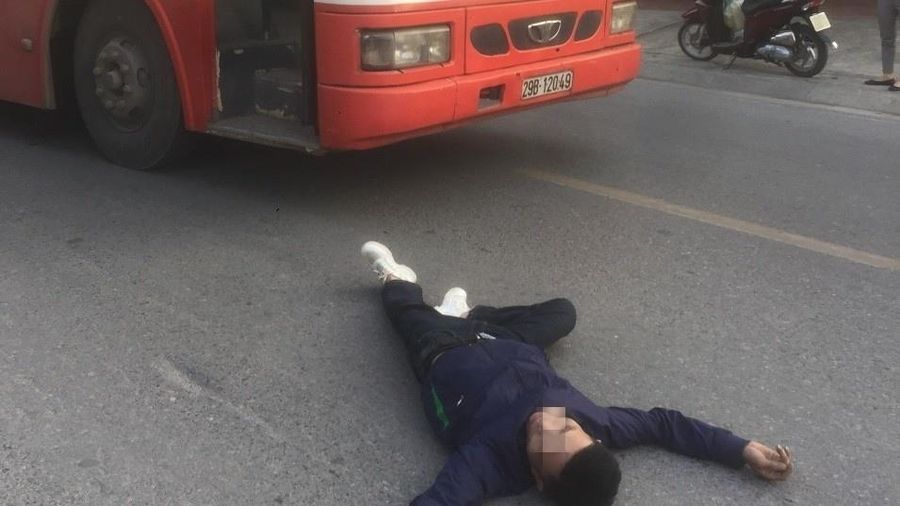 Nam thanh niên lao thẳng đầu vào xe buýt tự tử
