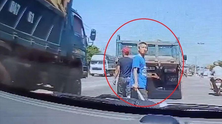 Xe ben chặn đầu, cầm hung khí đe dọa tài xế ôtô