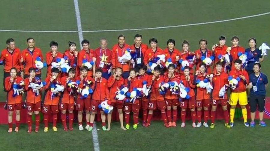 Clip: Giây phút xúc động rơi nước mắt của tuyển nữ Việt Nam nhận HCV SEA Games 30