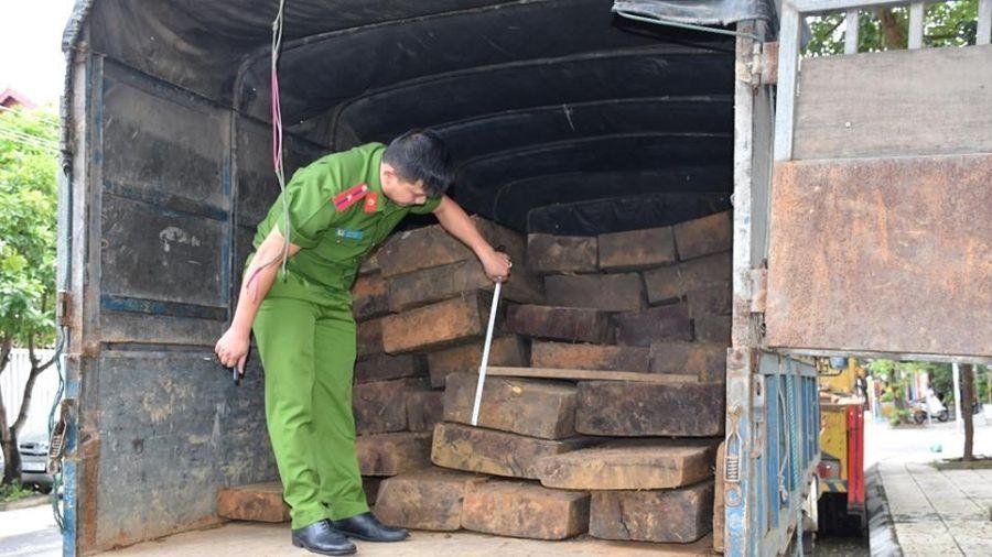 Quảng Nam: Phát hiện 2 xe ô tô chở 46 phách gỗ lậu